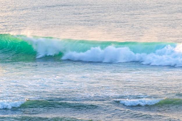 ターコイズブルーの海の波