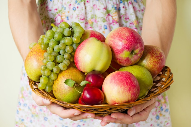 女性は彼女の手で熟した果実を保持しています。