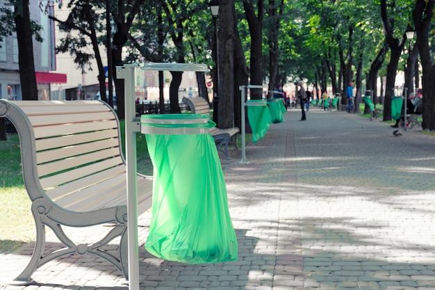 都市の路地の中でビニール袋が付いているごみ箱