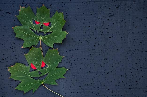 カエデの葉とハロウィーンの背景。