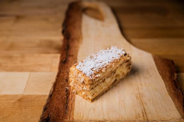 木の板にナポレオンケーキ