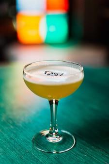 Классический кислый коктейль в бокале-купе с кунжутом
