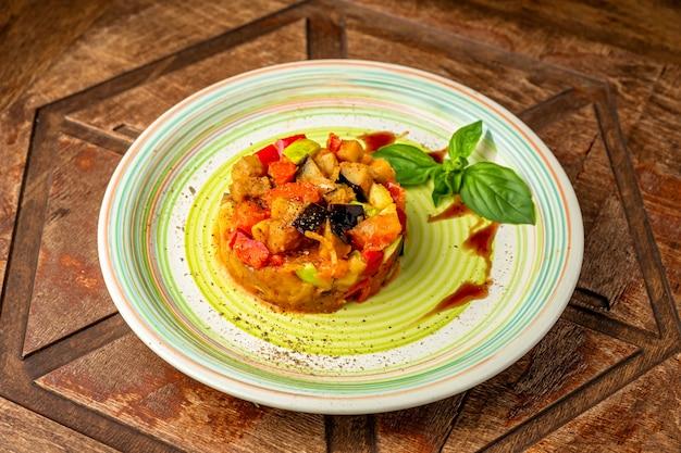 サーモンのタルタルと野菜の木製テーブル