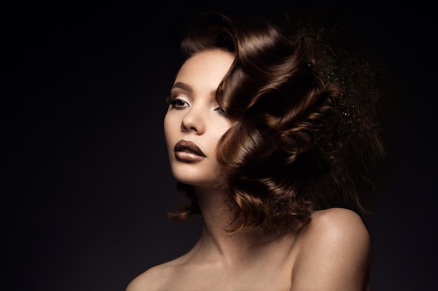 完璧な髪を持つ高級女性の肖像画