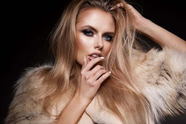 Красивая девушка с ярким макияжем