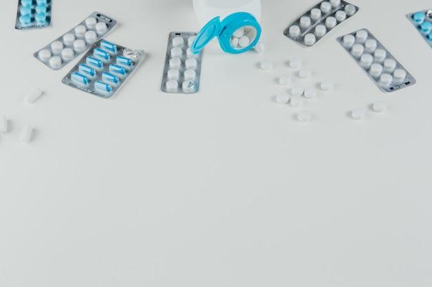 薬がボトルやブリスターに散らばっている