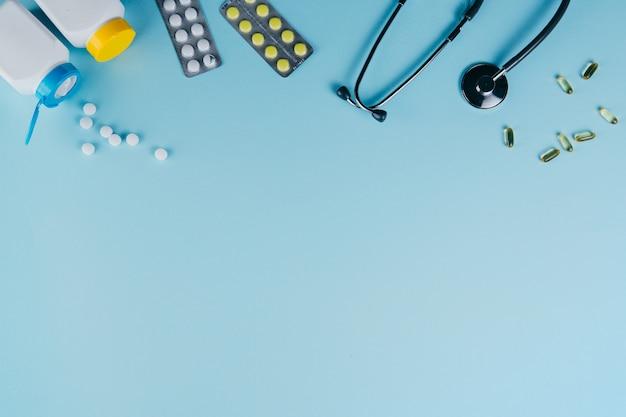 Медицинское оборудование и таблетки на синем