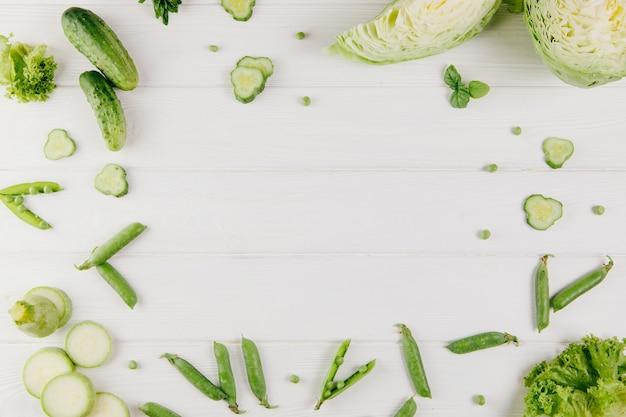 食べ物の写真。白い背景の上の緑の野菜。