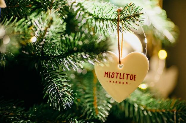 Красиво украшенные елки готовые к праздникам