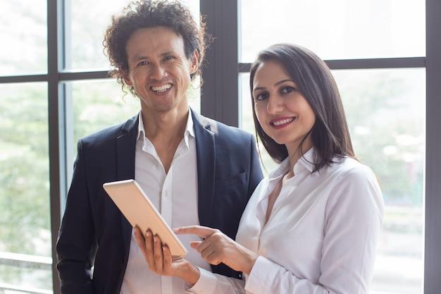 Счастливые деловые люди довольны работой