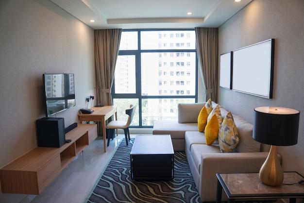 Уютный интерьер гостиной с панорамным окном.