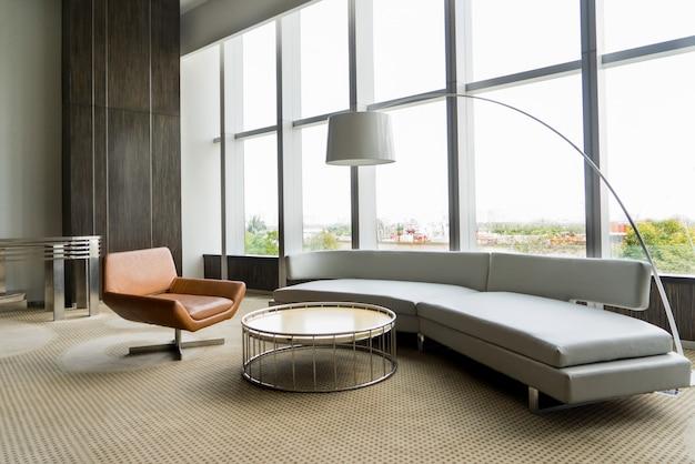 Современный интерьер гостиной в офисном здании.