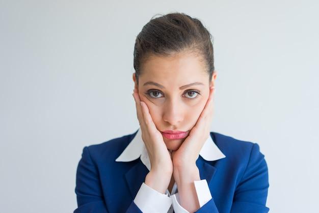 悲しい美しいビジネスの女性は失望した。