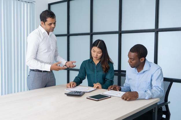 新規参入者を指導する経験豊富な従業員。
