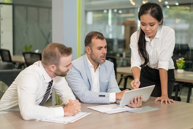 アジアのビジネスレディー、オフィスで仕事をしている同僚