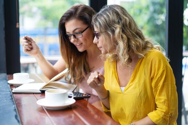 コーヒーを飲み、カフェで働く女性に焦点を当てた