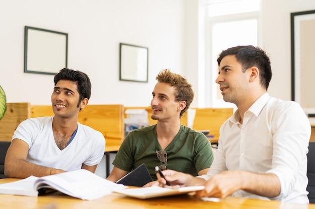 プレゼンテーションを見ている興奮した研修生のグループ