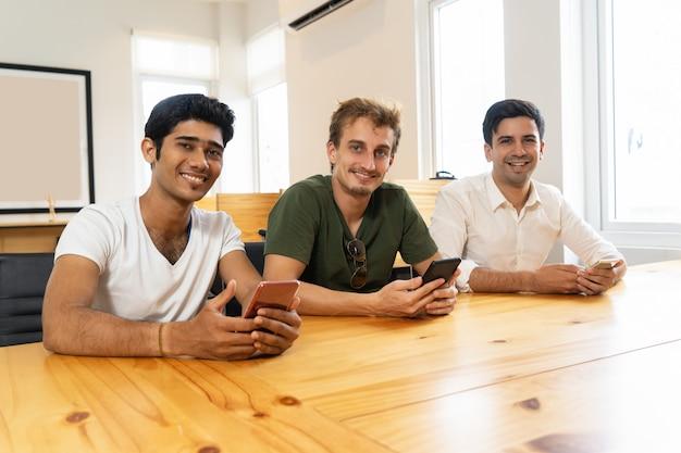 新しいアプリを楽しむ専門家のグループ