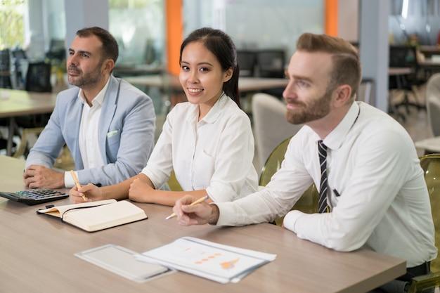 ポジティブなビジネスの人々会議に座って
