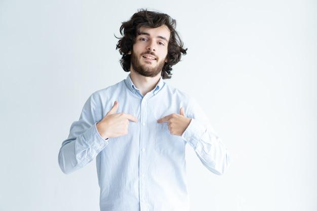 Самоуверенный молодой человек, указывая на себя