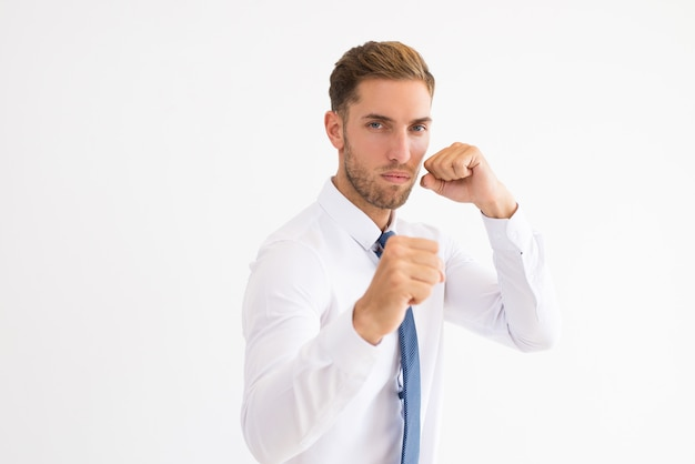 深刻なビジネスマンは、ボクシングのポーズに立って
