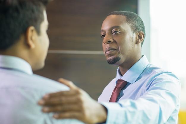 同僚へのサポートを表明する深刻な専門家