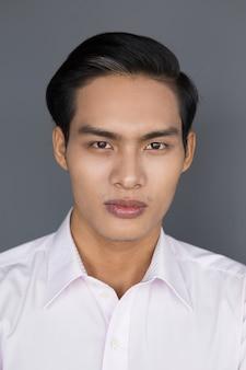 自信アジアビジネスマンの肖像画
