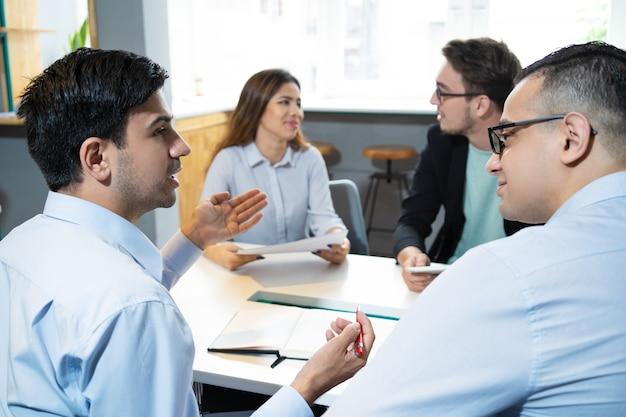 取引を議論するビジネスパートナー