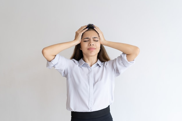 頭痛で苦しんでいる挫折した少女