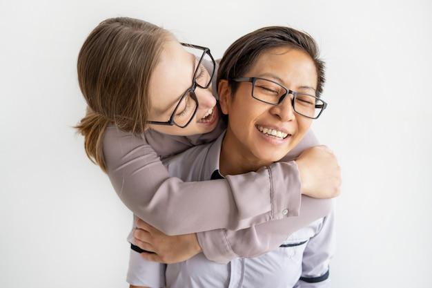 遊び心のある多民族女性の抱擁
