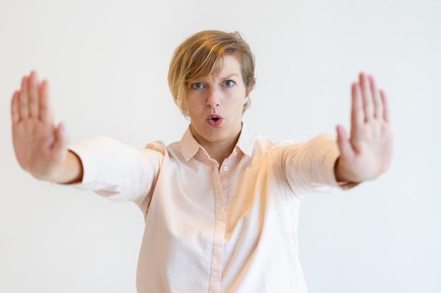 Портрет сундук середине взрослых бизнесмен, показывая остановить жест