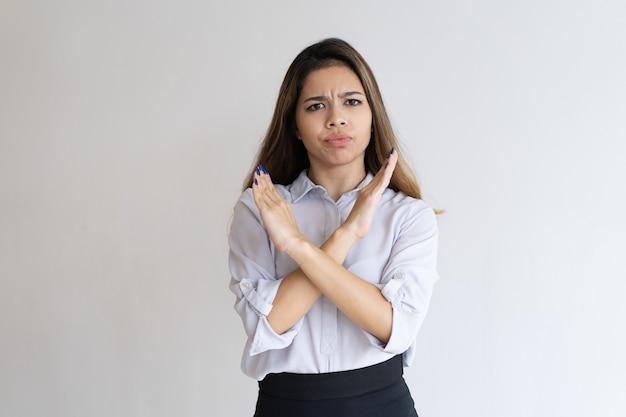 厳格な女の子の身振り拒否