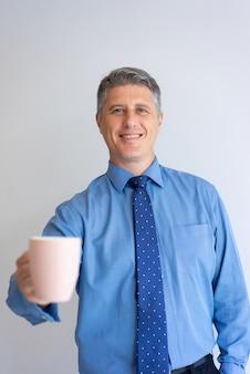 Счастливый бизнес-профессионал, наслаждаясь офисное утро