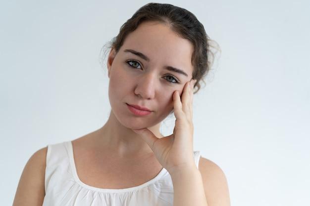 顔に触れる退屈の素敵な女性