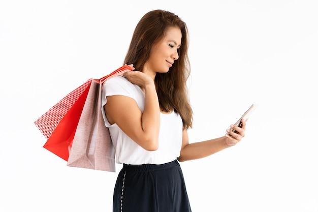 Веселый покупатель проверяет деньги с помощью смартфона
