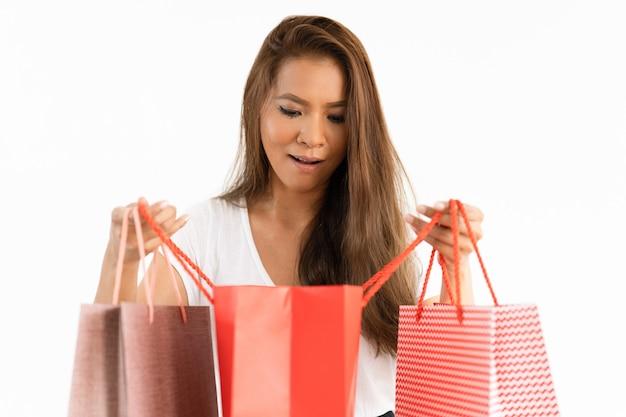 Возбужденная девушка проверяет доставленный товар