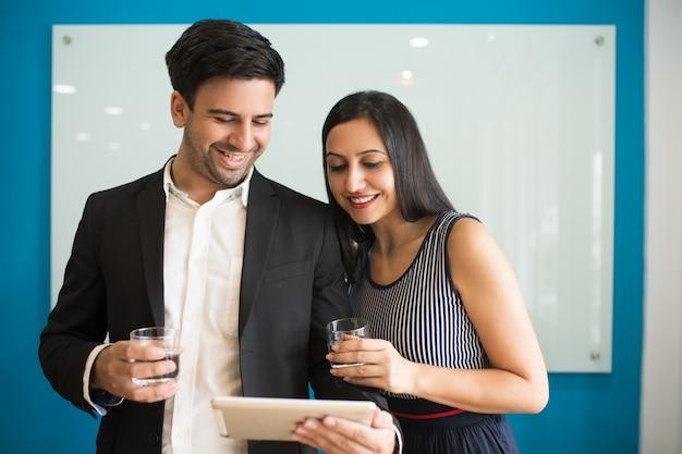 Веселые оптимистичные коллеги читают новости рынка