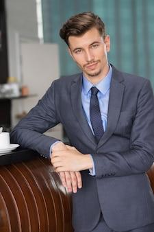 Содержание красивый бизнесмен в кафе счетчик