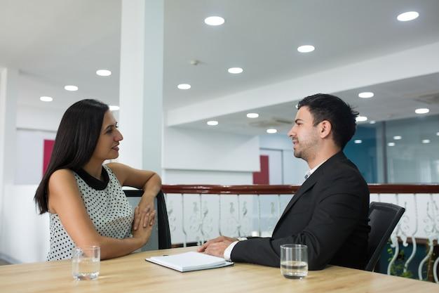 新しいプロジェクトを議論するコンテンツ自信を持っているビジネスパートナー