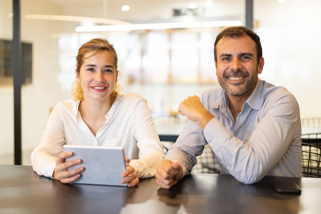 Портрет счастливых коллег, сидя в кафе во время перерыва