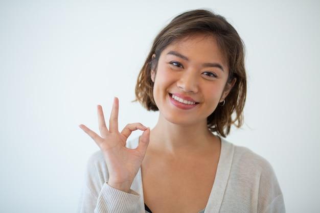 身振りで示すこと幸せな若い女の肖像