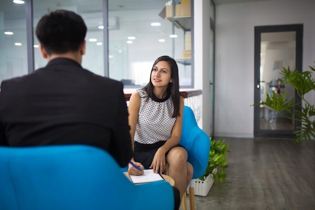 Портрет улыбающегося менеджера по персоналу с интервью с кандидатом