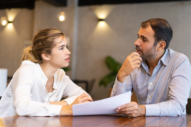 Серьезный бизнес профессионал обсуждает доклад