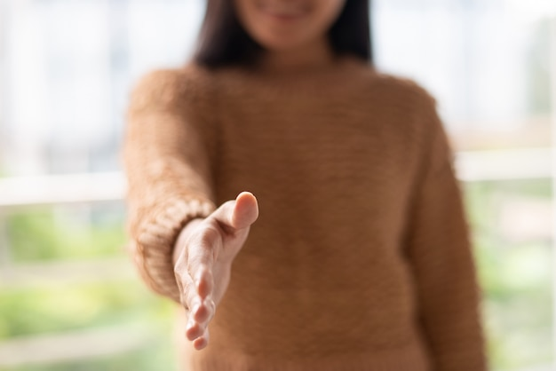 Молодая женщина готова к сотрудничеству и протягивая руку