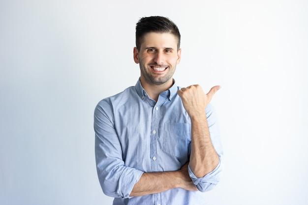 Счастливый уверенный клиент, рекомендующий новый продукт