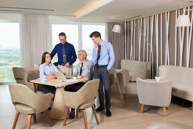カフェでプロジェクトに取り組んで四ビジネス旅行者