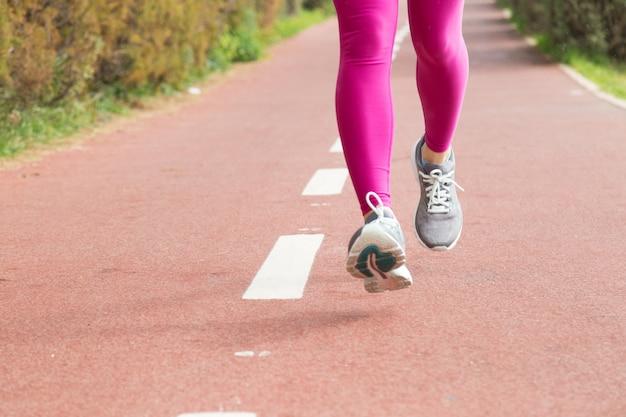 屋外で練習女性ランナーのクローズアップ