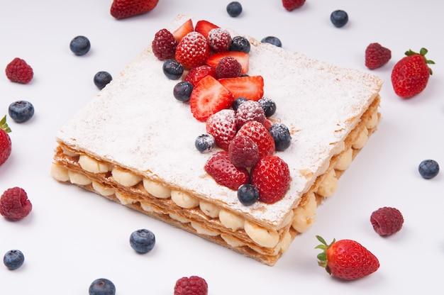 Красивый торт из слоеного теста, украшенный ягодами