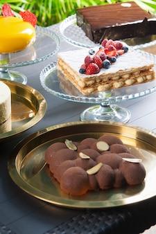 テーブルの上の様々なケーキのコレクション
