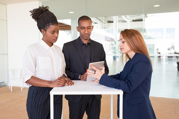 プロジェクトを提示する自信を持って美しいビジネス女性